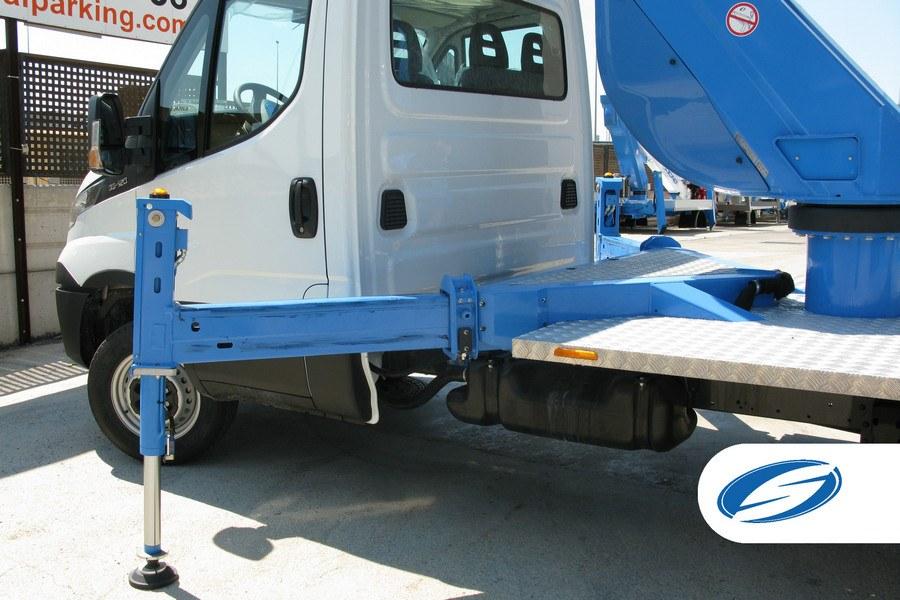 piattaforma su camion ForSte20T stabilizzatori Socage